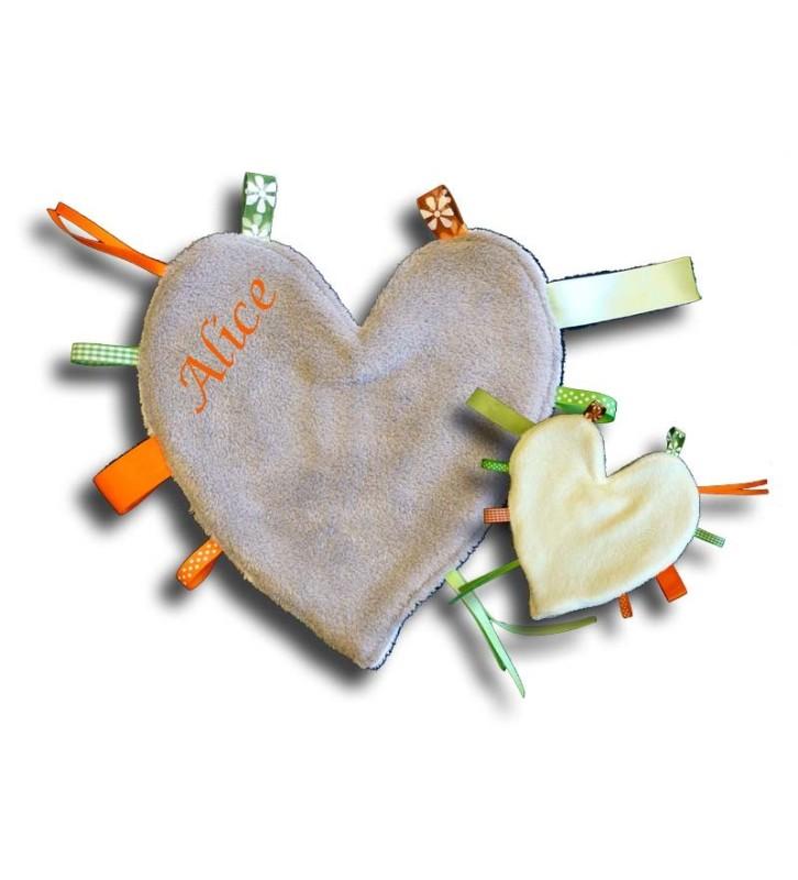 Doudou étiquettes coeur gris et blanc